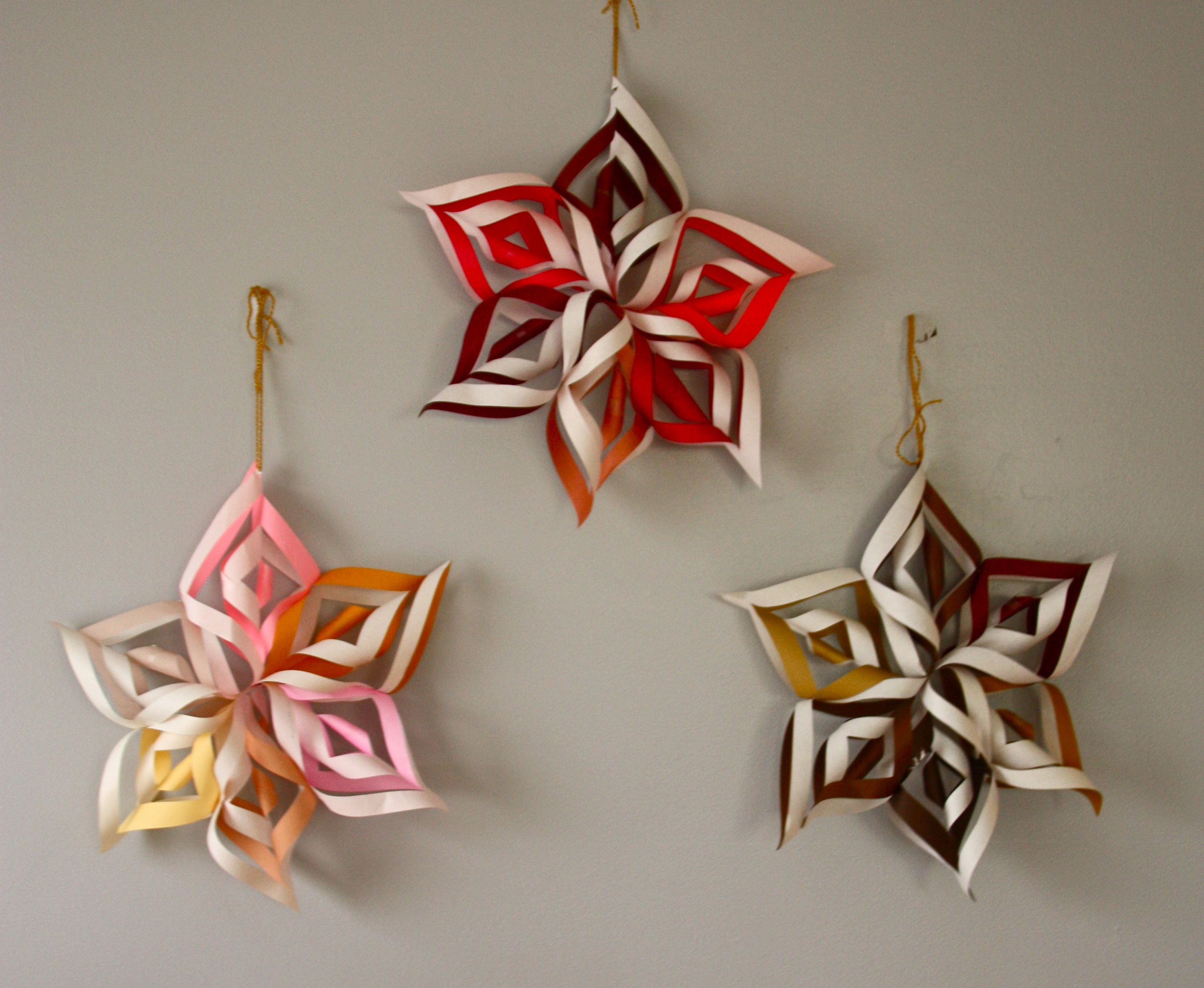http://thismamamakesstuff.com/wp-content/uploads/2011/12/how-to-make-3D-paper-snowflake.jpg